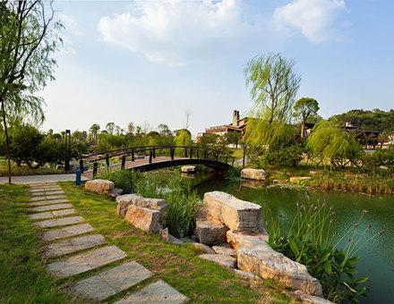 湖光山色为特色,集旅游观光,休闲度假,科普教育为主要功能的旅游景区